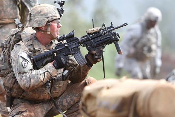 Foto: Americká voj s podvěšeným jednoranným granátometem M320. V americká armádě US Army nahrazuje starší granátomety M203. / US Army