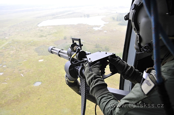 Foto: Český palubní střelec v akci. Vrtulníky Mi-171š získaly do výzbroje rotační kulomety Minigun ráže 7,62 mm. / 601 .skss