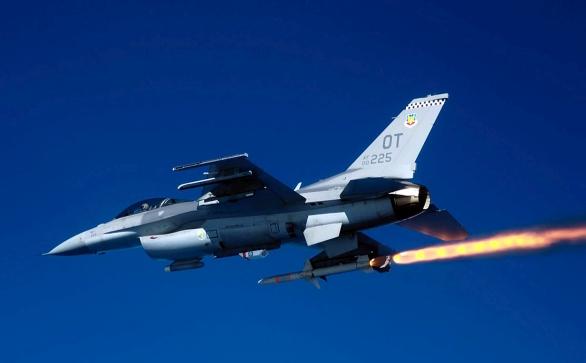 Foto: Odpal AGM-88 z americké stíhačky F-16; větší foto / Public Domain
