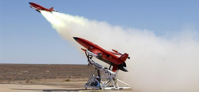 Foto: Firma Kratos je největší americký výrobce leteckých cvičných cílů. Na obrázku start BQM-177. Na základě proudových cvičných cílů firma staví nový proudový bitevní dron UTAP-22. / Public Domain