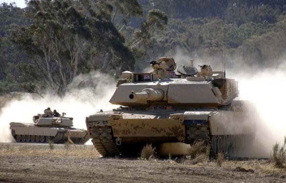 Foto: Dvojice M1 Abrams v akci; větší foto / Public Domain