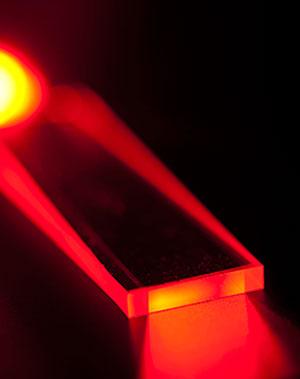 Foto: Jeden planární vlnovodpoužití v laseru systému GBAD má rozměr 30cm pravítka. / Raytheon