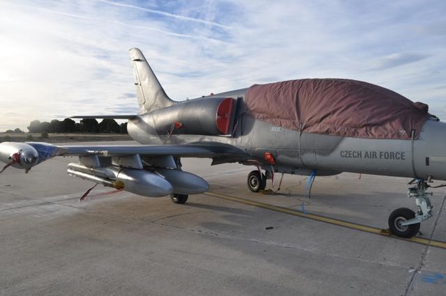 Poškozený letoun se cvičení dále nezúčastní