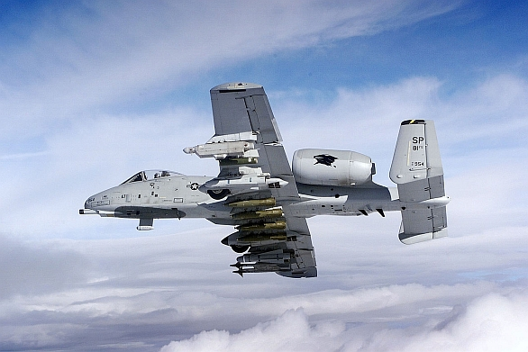 Foto: A-10 Thunderbolt II nad Afghánistánem v roce 2011. Větší obrázek / U.S. Air Force