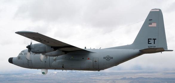 Foto: Americké letectvo a Boeing již deset let testují letecký chemický laser ATL (Advanced Tactical Laser) o výkonu 100 kW na dopravním letadle C-130 Hercules. Podobný laser bude umístěn na letadle AC-130J Ghostrider; větší foto / Americké letectvo