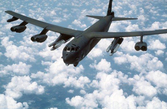 Foto: Šestice AGM-86 pod křídly B-52; ilustrační foto; větší foto / Public Domain