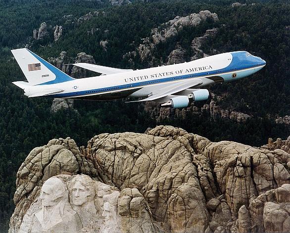 Foto: Dva velké symboly Spojených států. Prezidentský Boeing VC-25 a obrovské sochy čtyř amerických prezidentů v Mount Rushmore. / U.S. Air Force