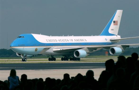 Foto: Air Force One v roce 2004; větší foto / Public Domain