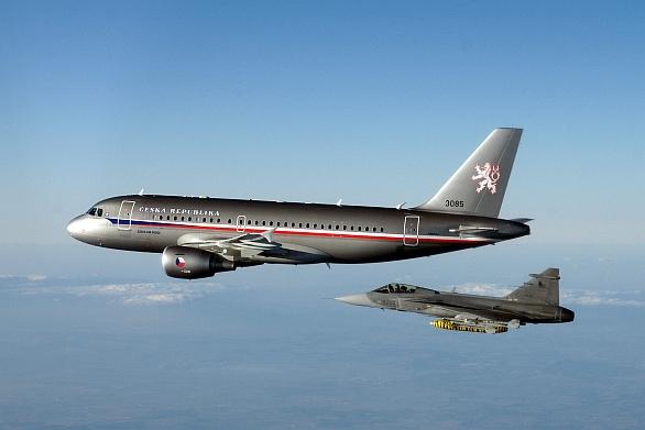 Foto: Airbus 319 a JAS-39 Gripen. / Milan Nykodym, CC BY-SA 2.0