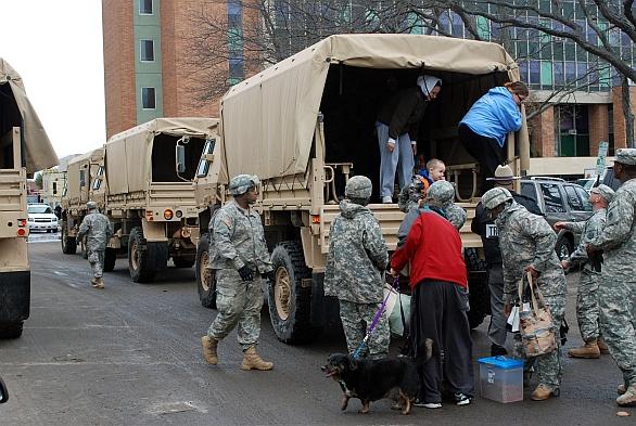 Foto: Americká národní garda pomáhá po hurikánu Sandy v New Yorku (2012). / U.S. Department of Defense