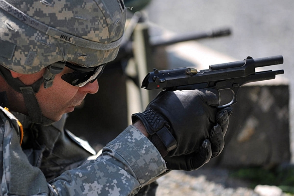 Foto: Americký voják při střelbě s pistolí Berreta M9. / U.S. Army