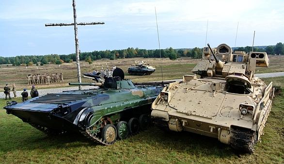 Foto: Polský BVP-1 a americký M2 Bradley. / Łukasz Gładysiak/D