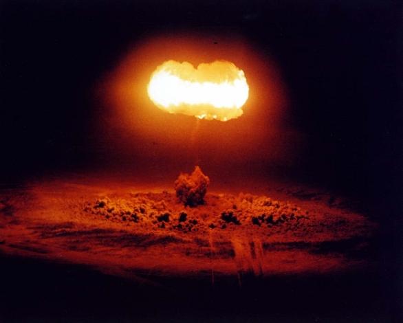 Foto: Vzdušný výbuch 19 kt jaderné bomby ve výšce 450 metrů (1957). / Americké ministerstvo obrany