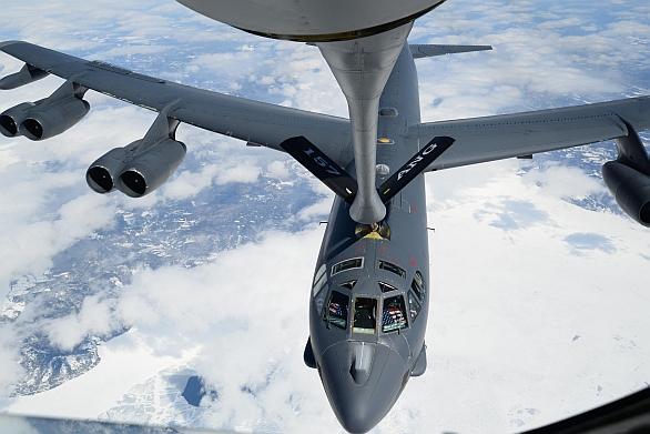 Foto:  B-52H  Stratofortress tankuje palivo ze vzdušného tankeru KC-135R Stratotanker nad Kanadou, při návratu ze cvičení Polar Growl. / U.S. Air Force