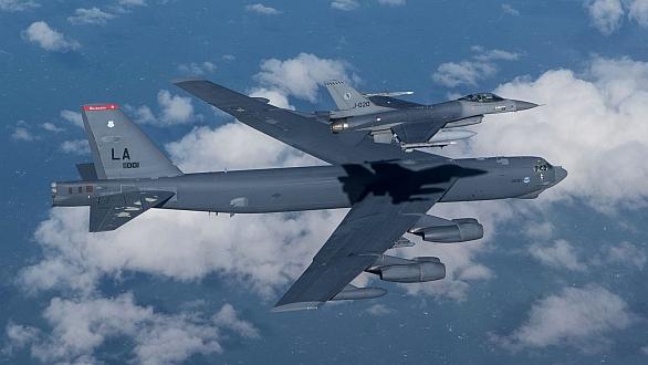 Foto: B-52 a nizozemská F-16; větší foto / U.S. Air Force