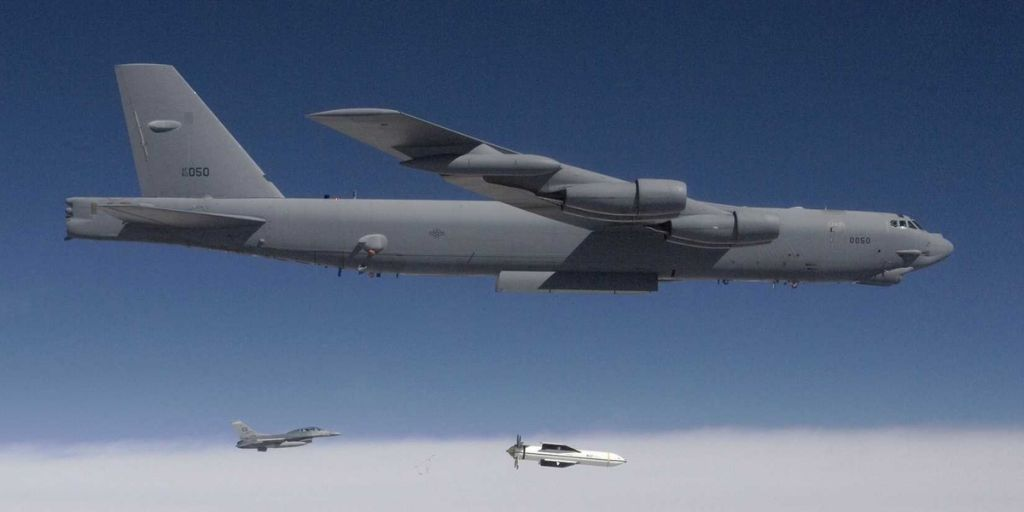 "Foto: Bombardér B-50 odhazuje ""ničitele bunkrů"" GBU-57A/B Massive Ordnance Penetrator (MOP); větší foto / Public Domain"