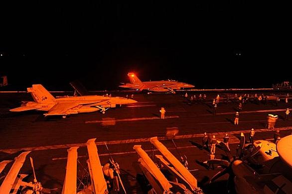 Foto: Americké stíhačky F/A-18E Super Hornet se připravují k útokům na cíle v Sýrii. / U.S. Navy