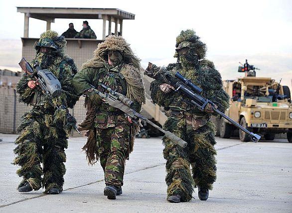 Foto: Britští odstřelovači v Afghánistánu. Voják uprostřed nese pušku L115A3 s tlumičem. / Autor: Bill Jamieson