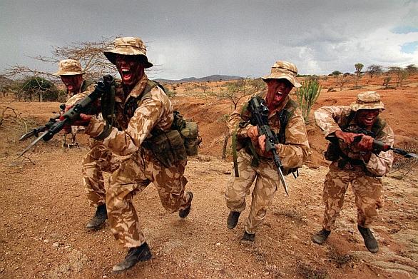 Foto: V Afghánistánu provedla skupina čtyř britských vojáků zteč na bodáky, při kterém přeběhly směrem k protivníkovi 80 metrů volného prostranství. /