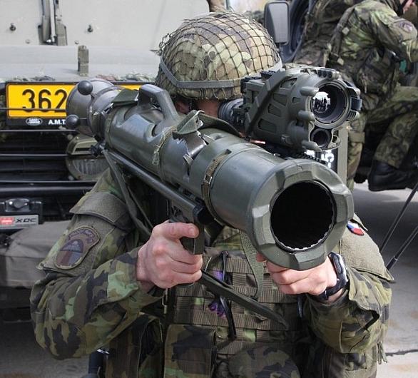 Foto: Příslušník 43. vpr s pancéřovkou Carl Gustav M3 a zaměřovačem SWORD T&D; větší foto / MO ČR