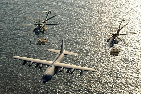 Foto: Směr pobřeží! Z lodí USS America budou operovat také těžké vrtulníky CH-52E/K Sea Stallion. Vrtulníky slouží k dopravě mariňáků i techniky; větší foto / U.S. Marine Corps