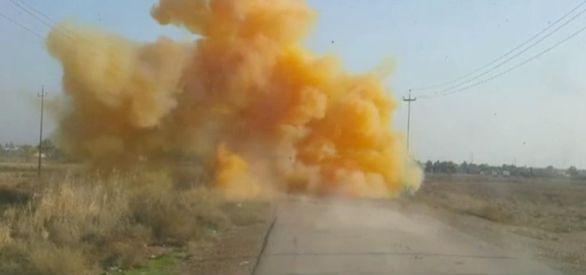 Foto: Záběr irácké armády výbuchu improvizovaného výbušného systému naplněného bojovým chlórem. / YouTube