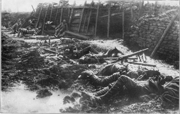 Foto: Mrtví britští vojáci po útoku chemickou látkou, zřejmě fosforem / Public Domain