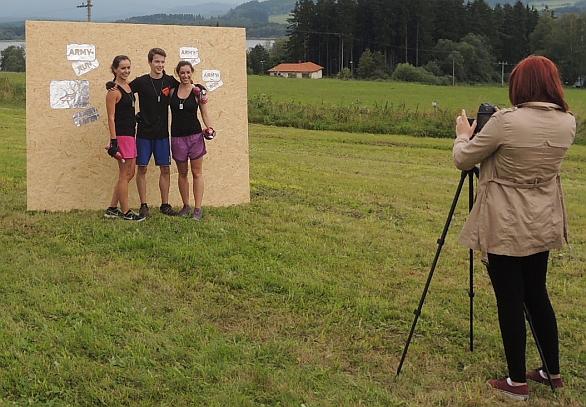 Foto: V cíli nesmělo chybět společné foto soutěžních týmů. / Jan Grohmann