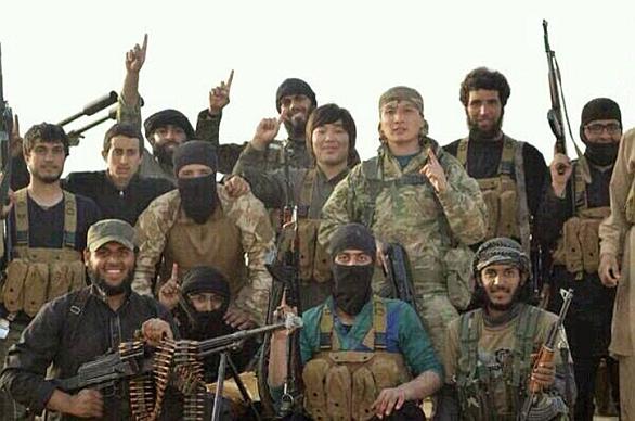 Foto: Na některých snímcích lze mezi bojovník IS zahlédnout čínské bojovníky.  / YouTube