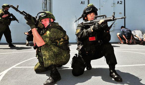 Foto: Příslušníci čínské a ruské námořní pěchoty na prvním cvičení Joint Sea 2015 v květnu letošního roku. / Xinhua Photo