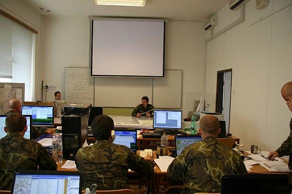 zástupce velitele 42.mechanizovaného praporu řídí své vojáky při cvičení CAX