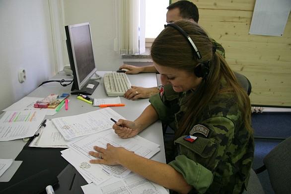 cvičící zpracovávají specifické dokumenty v rámci cvičení