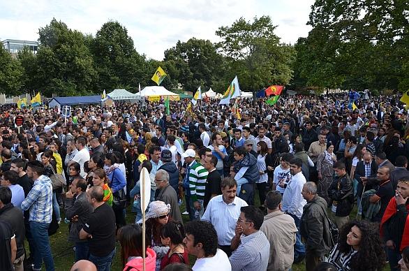 Foto: V srpnu demonstrovalo proti ISIS 10 000 Kurdů v německém Hannoveru. / Bernd Schwabe in Hannover, CC BY-SA 3.0