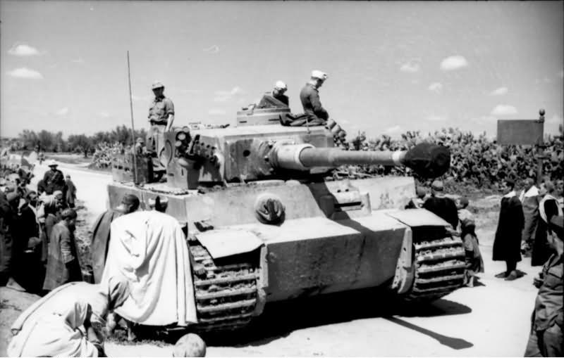 Tiger Deutsche Afrika Korps obklopen místními obyvateli kdesi v Tunisku, 1943