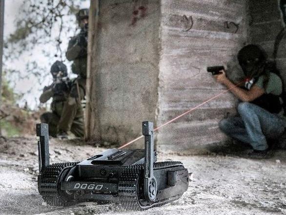 Foto: Robot Dogo může pomocí vestavěné pistole Glock vyřadit dům plný teroristů. / General Robotics