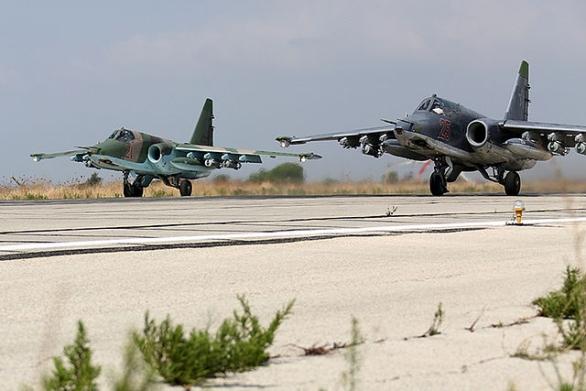 Foto: Dvojice ruských Su-25 na syrském letišti Latakia. / Mil.ru
