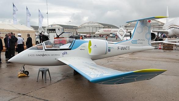Elektroletadlo EADS E-Fan při své premiéře na leteckých dnech v Paříži