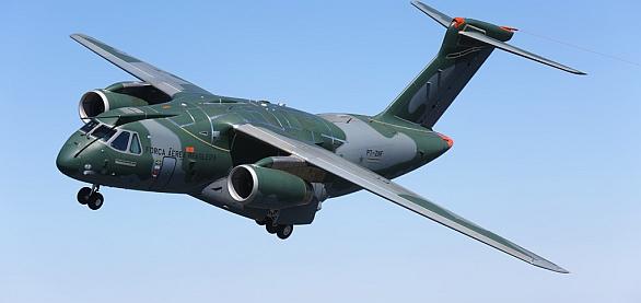 Foto: Česká vlajka na tak elegantním letadle, jako je Embraer KC-390, potěší. / Embraer