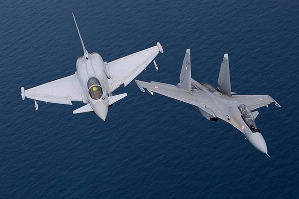 Foto: Eurofighter Typhoon a Su-30MKI; větší foto / YouTube