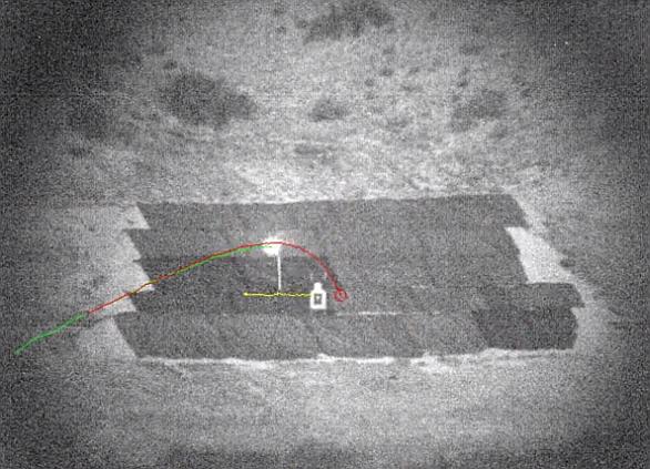 Foto: EXACTO zasahující pohyblivý cíl. Červená trajektorie je původní předpověděná dráha pohybu střely, zelená pak skutečná dráha pohybu. / YouTube, DARPA