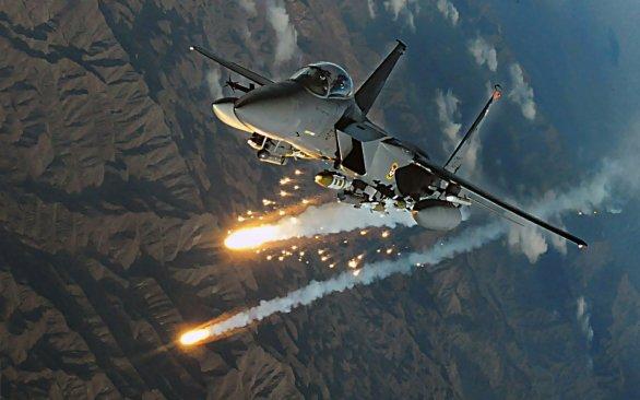 Foto: Bojové letadlo F-15 vypouští obranné světlice (fléry) pro zmatení raket protivníka s infračerveným naváděním. / Public Domain