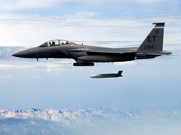 Foto: F-15E Strike Eagle odhazuje střelu s plochou dráhou letu JASSM; větší foto / Lockheed Martin