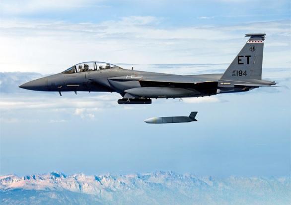 Foto: F-15E odpaluje střelu JSSAM-ER s doletem až 1000 km. / Public Domain