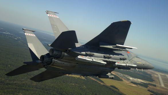 Foto: F-15 na závěsníku u pravého motoru nese 8 pum SDB II. / Raytheon