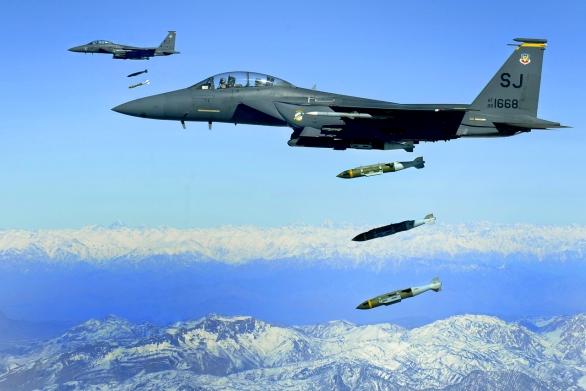 Foto: Stíhačky V-15E Strike Eagle shazují bomby JDAM (Joint Direct Attack Munition) v Afghánistánu; větší foto; ilustrační foto / U.S. Air Force