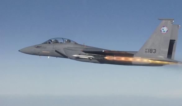 Foto: F-15SE Silenet Eagle odpaluje střelu AIM-120 AMRAAM z vnitřní zbraňové šachty (2010); větší foto / Boeing