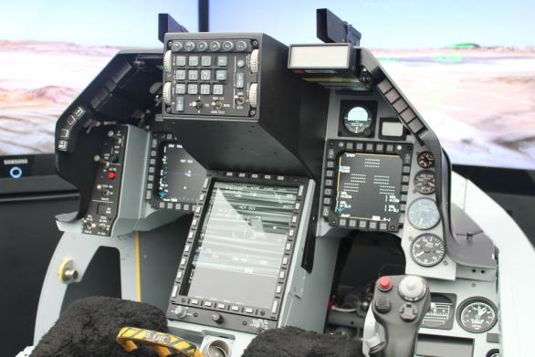 Foto: Kokpit F-16V s hlavním středovým displejem. / Elbit Systems