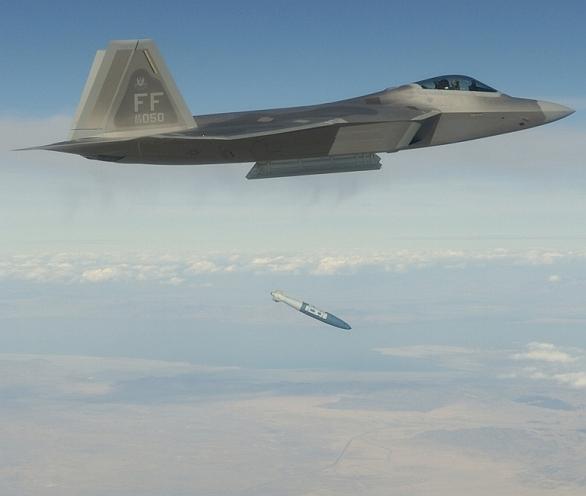 Foto: Bombardování se účastní i stíhačky F-22 Raptor; ilustrační foto / U.S. Air Force