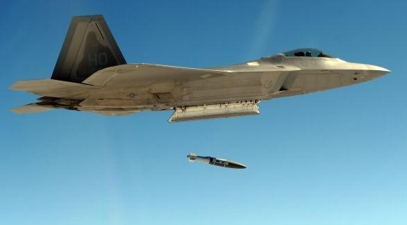 Foto: Vypuštění přesně naváděné pumy GBU-32 JDAM ze stíhačky F-22A Raptor. / U.S. Air Force