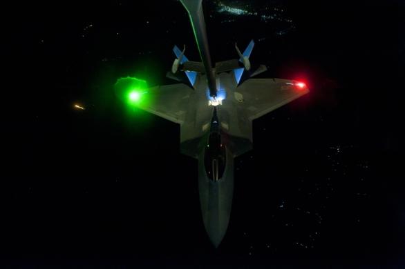 Foto: F-22 nad Sýrii; větší foto / U.S. Air Force